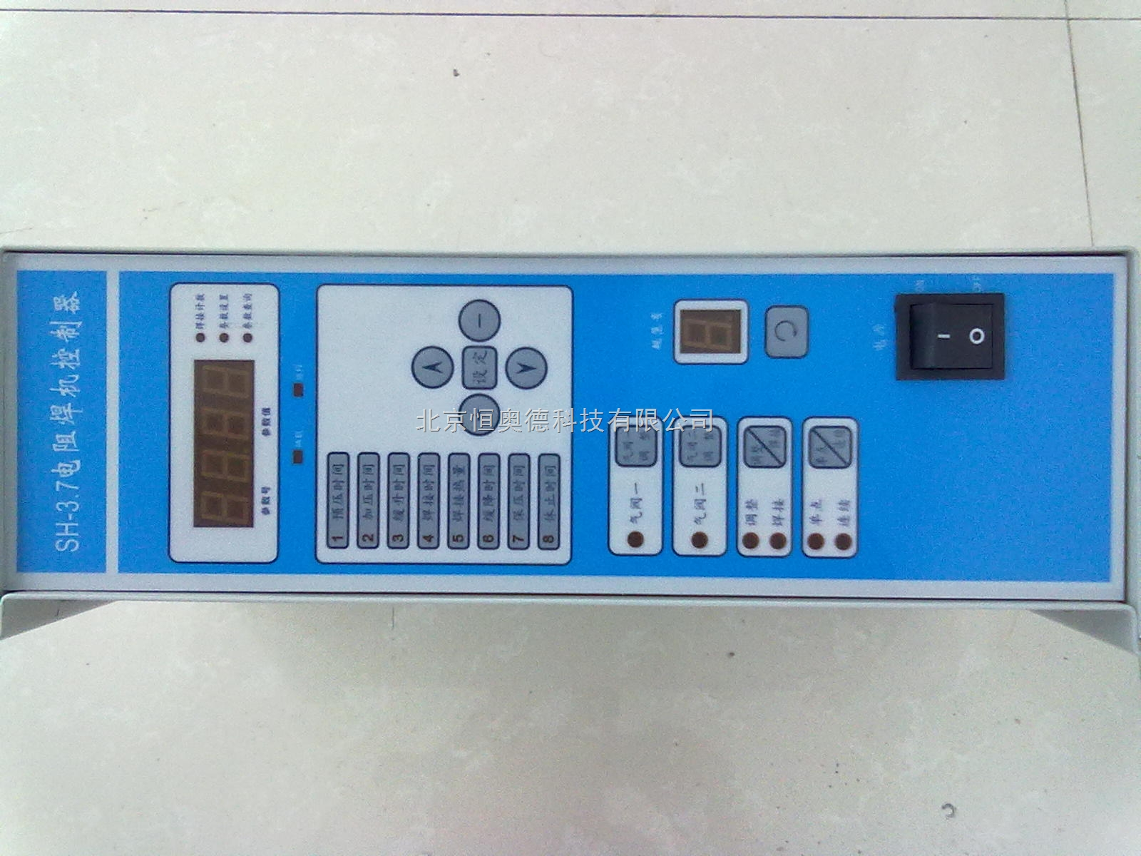 电阻焊机控制器 阻焊控制器 厂家 型号:SH-3.7 SH3.7系列微机精密焊机控制器,是一种以单片机作为主控制单元的点焊机同步控制器。该系列控制器主要功能特点如下: 9组焊接规范存储;焊接时可以进行更加灵活的选择和控制; 具有恒压/恒流功能;当电网电压波动在(330-430V)之间有电压补偿; 具有焊接计数功能 ; 缓升功能:无爆火逐步递升焊接电流,从而延长了焊头的使用寿命; 精确的电流控制:把晶闸管的有效导通角分成千分调校; 完整的升级扩展功能:可添加红外保护等功能,或按照客户需求特别定制; 性能稳定