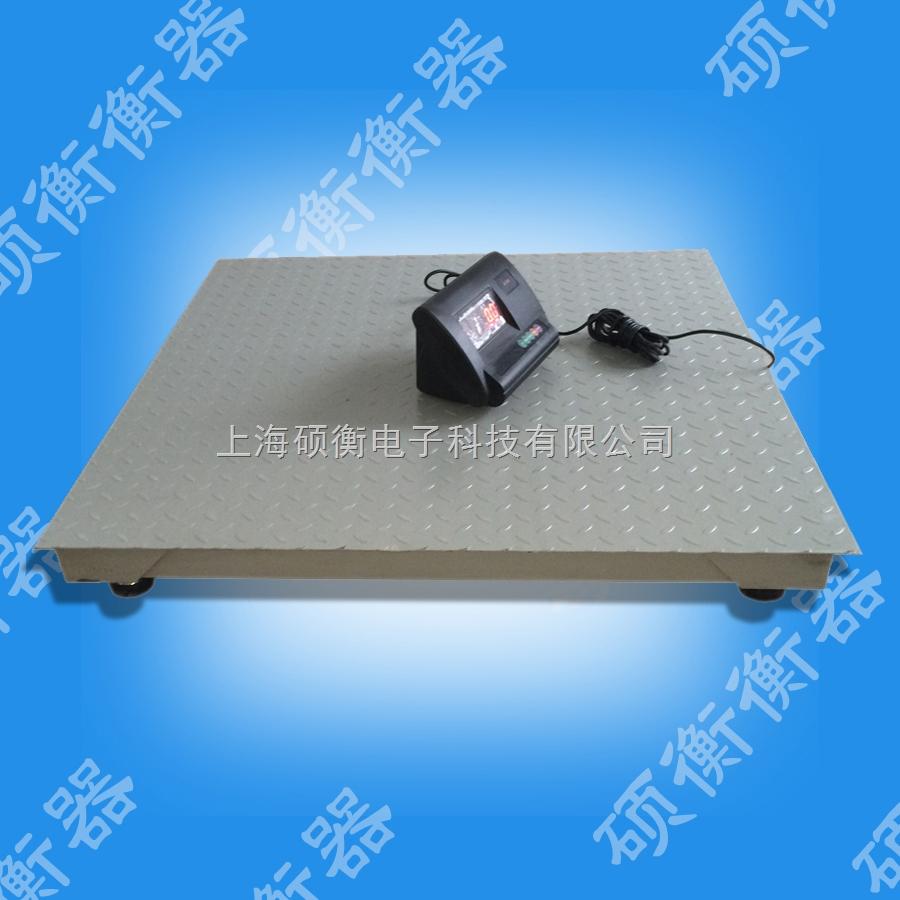 XK3190-A12E电子地磅的结构 小地磅台面一般为5mm柳叶花纹板,防滑性能好,跟据用户需要也可做成8mm厚的加强型结构地磅,背面用4mm钢板冷弯成U型梁,使小地磅承载力更强,力量分布更均匀,从而增长了磅秤的使用寿命;四只螺旋型秤脚可以调节秤体高度,从而使小地磅对地面平整度的要求大大减少,秤体整体高度也可以调节,调整高度11CM-15CM。