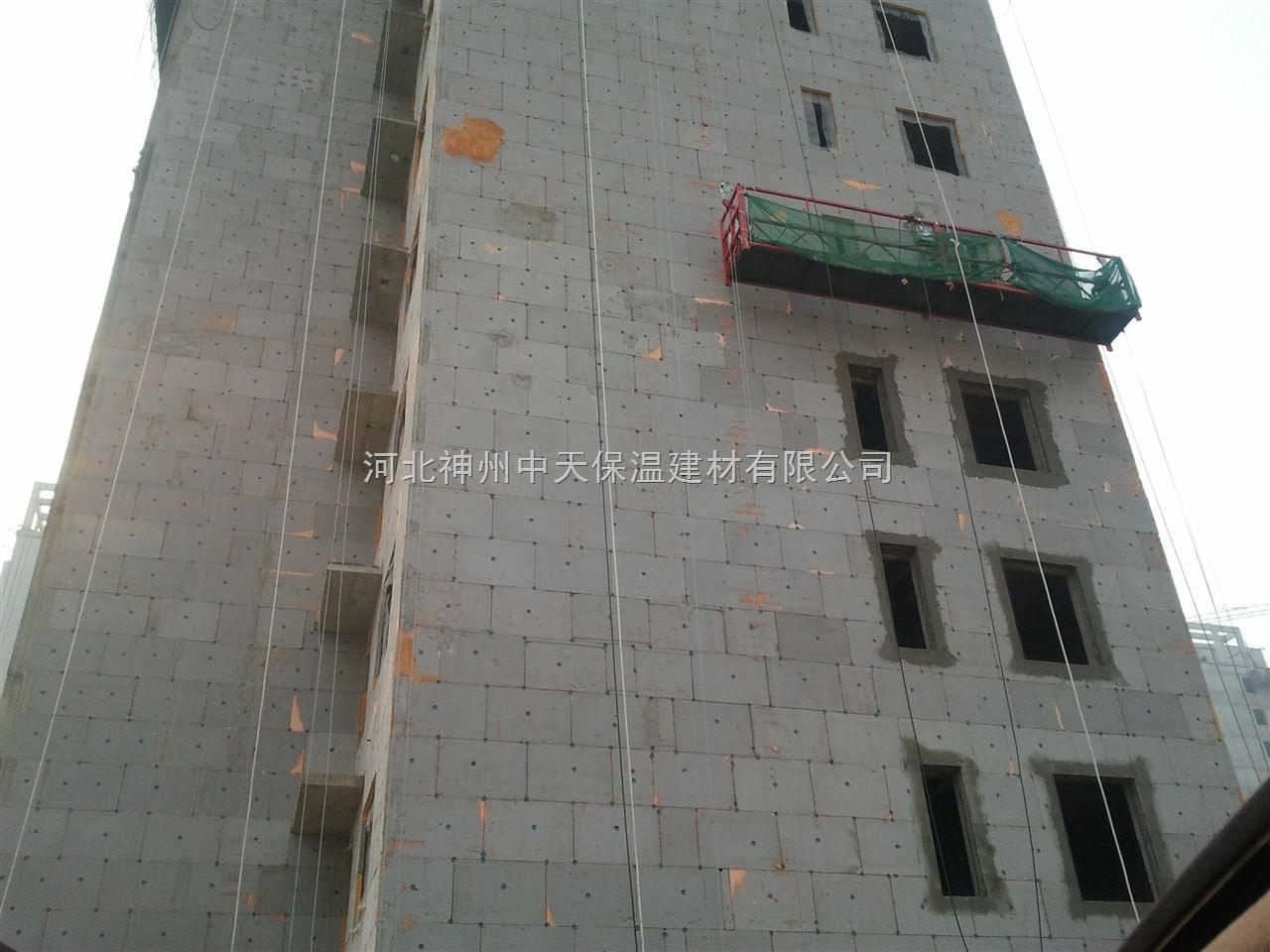 主要材料是水泥,加入双氧水、硬钙、粉煤灰和水泥发泡剂融合发泡而成。发泡水泥保温板是目前墙体保温和墙体保温防火隔离带最理想的保温材料,其优点是:导热系数低,保温效果好,不燃烧,防水,与墙体粘结力强,强度高,无毒害放射物质,环保。  3性能编辑 发泡保温板是一种高性能无机保温材料,它是一种多孔轻质高性能保文物级板材,是由多种无机胶凝材料与改性剂、发泡剂等添加剂经搅拌系统、养护系统、切割系统等设备生产制成的一种导热系数低、保温隔热性能好、耐高温、耐老化、A1级不燃的无机保温材料,水泥发泡保温板可广泛应用于建筑外