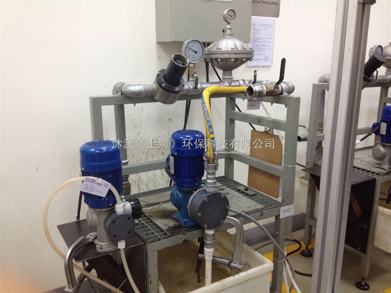 机械隔膜计量泵/Mechanical Diaphragm Pump 液力端产品特性 流量范围大:2L/h - 4200L/h 过流材质:PVC,PVDF, 316SS 处理挥发性化学品时性能卓越 自吸高度超过6米(20ft) 标准计量泵可以输送水样澄清介质至粘度达到2,500cPs的介质 特殊设计阀座,可保证泵运行与停止状态,可保证阀座完全无泄露 多种专业应用液力端设计:高粘、浆料、浓硫酸、次氯酸钠等 自清洗单向阀结构 动力端产品特性 可变偏心调节机构,流量脉动小,运行平稳 高强度蜗轮蜗杆设计结构,寿命长