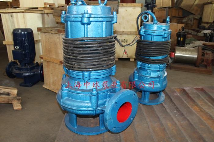 WQ排污泵概述 80WQ50-20-5.5潜水排污泵主要供抽送带弱腐蚀性的含固体颗粒及各种纤维物、塑料等的污水、废水、雨水。WQ潜水排污泵主要应手于建筑工地、宾馆、医院、市政工程、人防工程、矿山、农田灌溉等行业。 WQ无堵塞潜水排污泵使用条件 1、 介质温度不超过60,密度≤1300/m3,PH值在5~9之间。固体颗粒的最大直径不大于排出口径的1/2。 2、 泵运行时不得低于最低水位,参见泵安装尺寸图(含自动冷却系统)。无内自流循环冷却系统的泵,电机部分露出液面不超过自身1/2。 3、 铸铁材质的