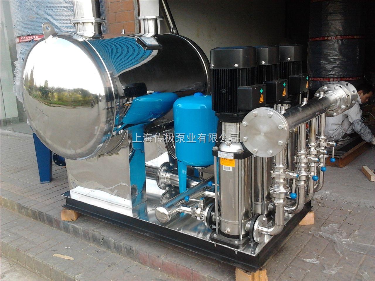),占总容积的50%。显然这是一种切实有效的动态补偿作用,如果所有用户的增压设备均具有这种补偿作用,则总体上对市政供水可起到一定削峰填谷的效果,高峰期间管网服务压力不至于下降得太低。 二、WFG/J系列:该系列产品是配套浸入式水泵的直接增压供水设备  浸入泵直接插装在稳流罐内,与稳流罐结合为一体,设备包含了所有入口管路附件与出口气压罐。是配套最齐全的管网叠压供水设备.