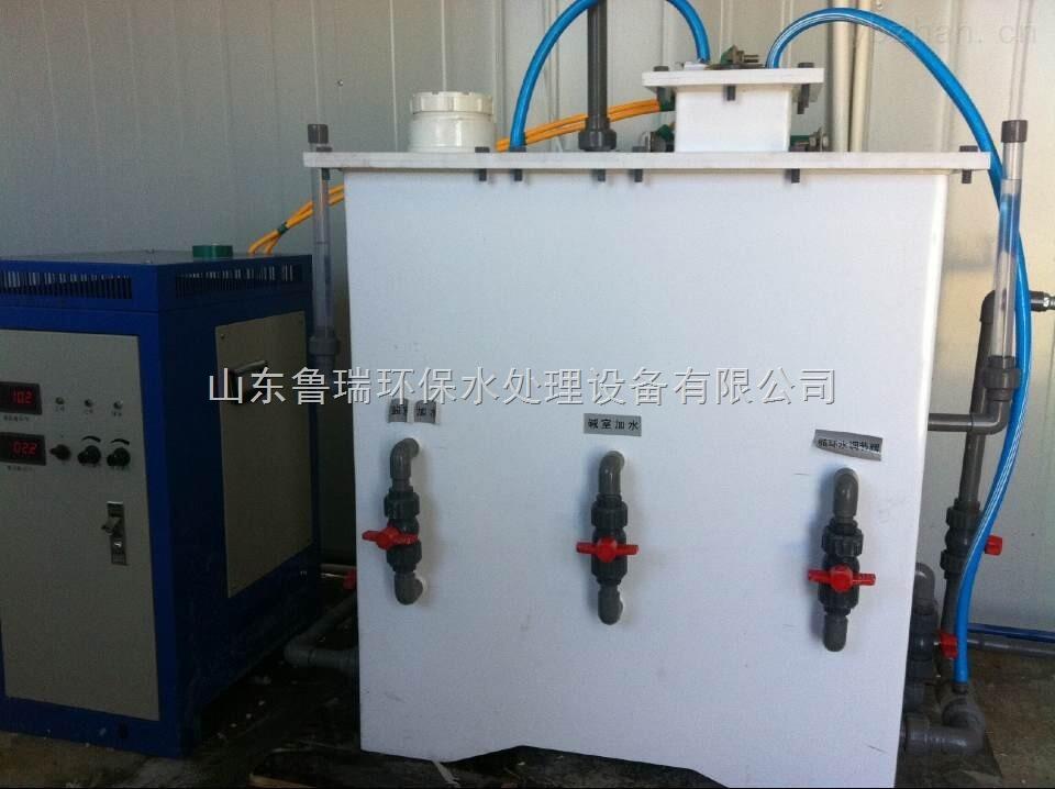 一、开机前准备工作   检查设备各连接处是否密封好了,有无漏气处(要求各连接处用生料带、PVC胶密封);防爆口塞子是否塞严(一定要塞严);查加水口向设备内加满自来水,盖好盖子。   原料的配量(从此操作开始带好橡胶手套):   a、将工业氯酸钠与水按质量12比例混合、搅拌至完全溶解,得到氯酸钠溶液(浓度31%左右)。   b、工业盐酸(浓度32%)。   二、开机:  a、水射器打开方法:打开进气口的阀门、出气口阀门,关闭其他所有阀门;打开与水射器连接的自来水阀门,使水射器正常工作。   b、氯酸钠溶液的