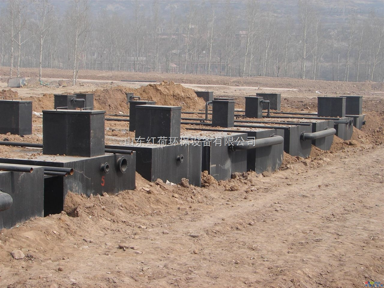 上海地埋式一体化污水处理设备 上海地埋式一体化污水处理设备概述: 一体化生活污水处理设备采用世界上先进的生物处理工艺,集去除BOD5、COD、NH3-N于一身,是目前最高效的污水处理设备。它被广泛应用于高级宾馆,别墅小区及居民住宅小区的生活污水和与之相似的工业有机污水处理,替代了去除率很低,处理后出水不能达到国家综合排放标准的化粪池。经过实地应用表明,一体化地埋式污水处理设备是一种处理效果十分理想且管理方便的生活污水处理设备。 潍坊红荷环保水处理设备有限公司 电话:0536-2104866 任国涛:133