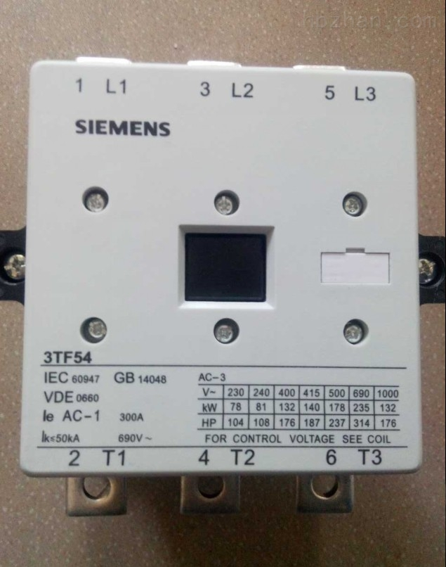 乐清市华强电气有限公司 电话,0577-61711377 传真,0577-57154832 手机,13587752985 QQ.1492743694 ----------------------- 联系人;陈先生 我们公司经营;低压电器,交流接触器,工业插头,仪器仪表,高低压成套设备 经营,西门子,ABB ,施耐德 ,韩国LS,欧姆龙,富士机电,恒开。凯德 德国西门子交流接触器,2014年最新报价 一、该系列交流接触器,主要用于交流50Hz或60Hz,额定绝缘电压为660V - 1000V,在AC-3使用