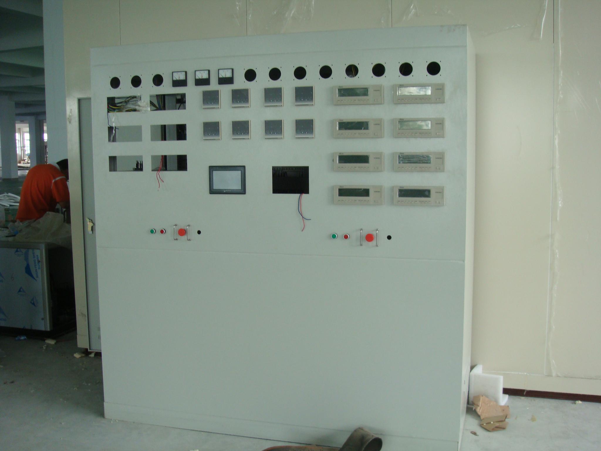电冰箱能效检测实验室 一、电冰箱能效检测实验室 (1)结构:预制板装配式,顶部全面积孔板送风,空调柜下侧回风。 (2)外尺寸:D6500×W4200×H3300 内尺寸:D6300×W4000×H3100 孔板到地面H2800 (3)保温:100mm硬质聚氨酯泡沫保温 (4)墙、天花:内外面都是0.