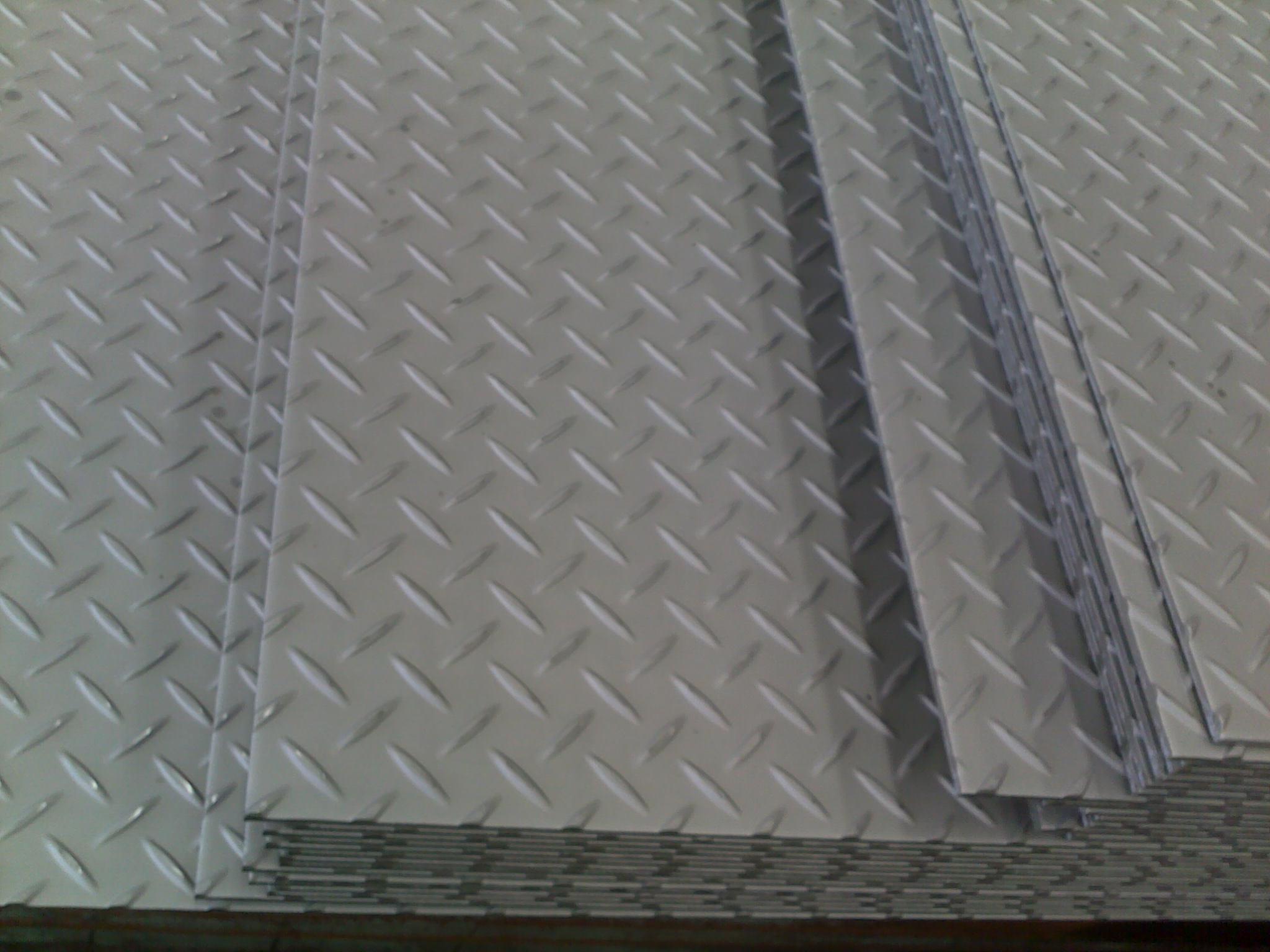 一、折叠剪纸   折叠剪纸是民间最常见的一种制作表现方法。所谓折叠剪纸即经过不同方式折叠剪制而成的剪纸。最早的对马对猴等团花就是经折叠剪出的。折叠剪纸折法简明,制作简便,省工省时,造型概括而有一定变形,尤其适于表现结构对称的形体和对称的图式,如人、蛙、蝶、龟、倒影、对鱼等,几何纹、花卉、景物、器具等题材都能适应,而且展开极为对称,又能变化出多种适合形,两方连续,四方连续或多方连续,这是它能长久得以流传的一个主要原因,折叠剪纸对中国的剪纸普及和工艺图案造型,发挥着重要作用。   二、剪影   剪影